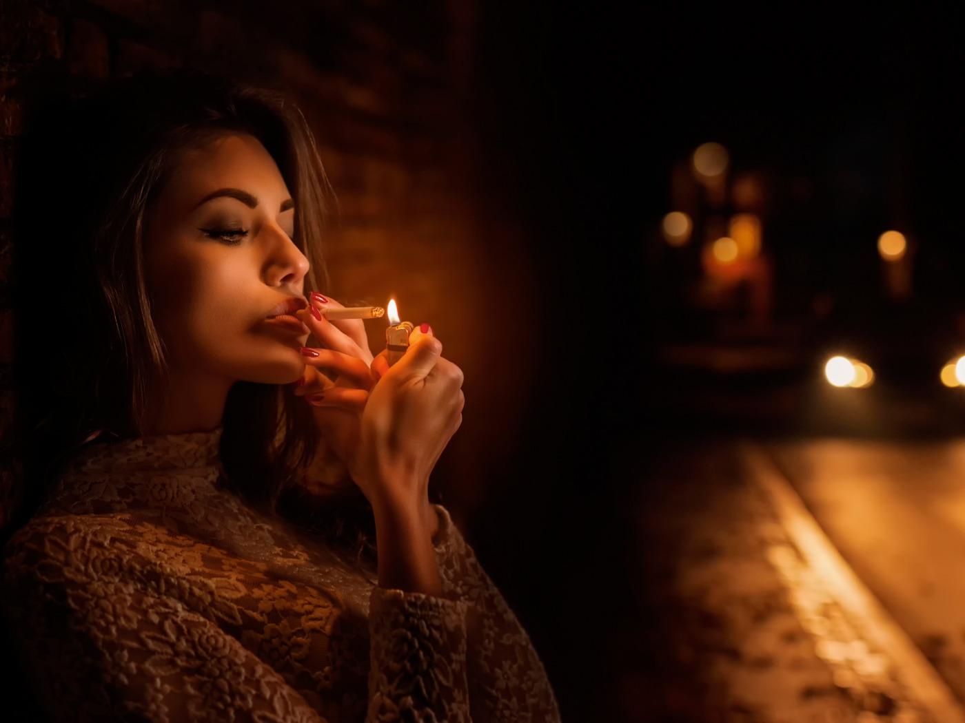 картинка смотри она курит